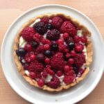 Smal tart with berrys and vanilla pudding
